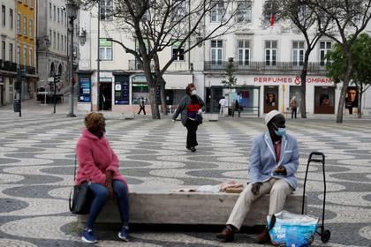 En Lisboa ya se ve gente en la calle, pero siempre con mascarilla