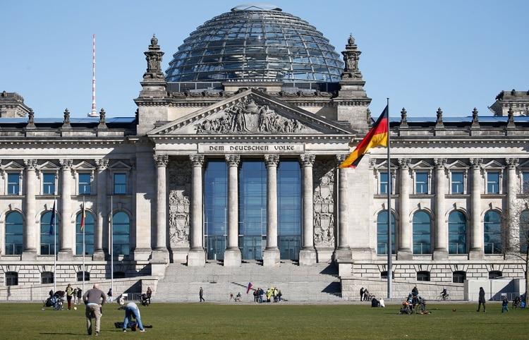 El Gobierno alemán anunció medidas para restringir los contactos y reuniones masivas (REUTERS/Michele Tantussi)