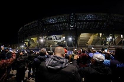 Hinchas del Napoli en las puertas de su estadio (REUTERS/Ciro De Luca)