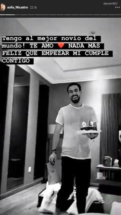 El primero en felicitar a Sofía fue Pablo Bernot, quien llegó a su casa con un pastel y una bolsa de la marca Fendi. (Foto: Instagram)