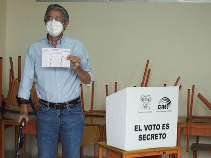 Así votó Guillermo Lasso en un colegio electoral de Guayaquil (REUTERS/Maria Fernanda Landin)
