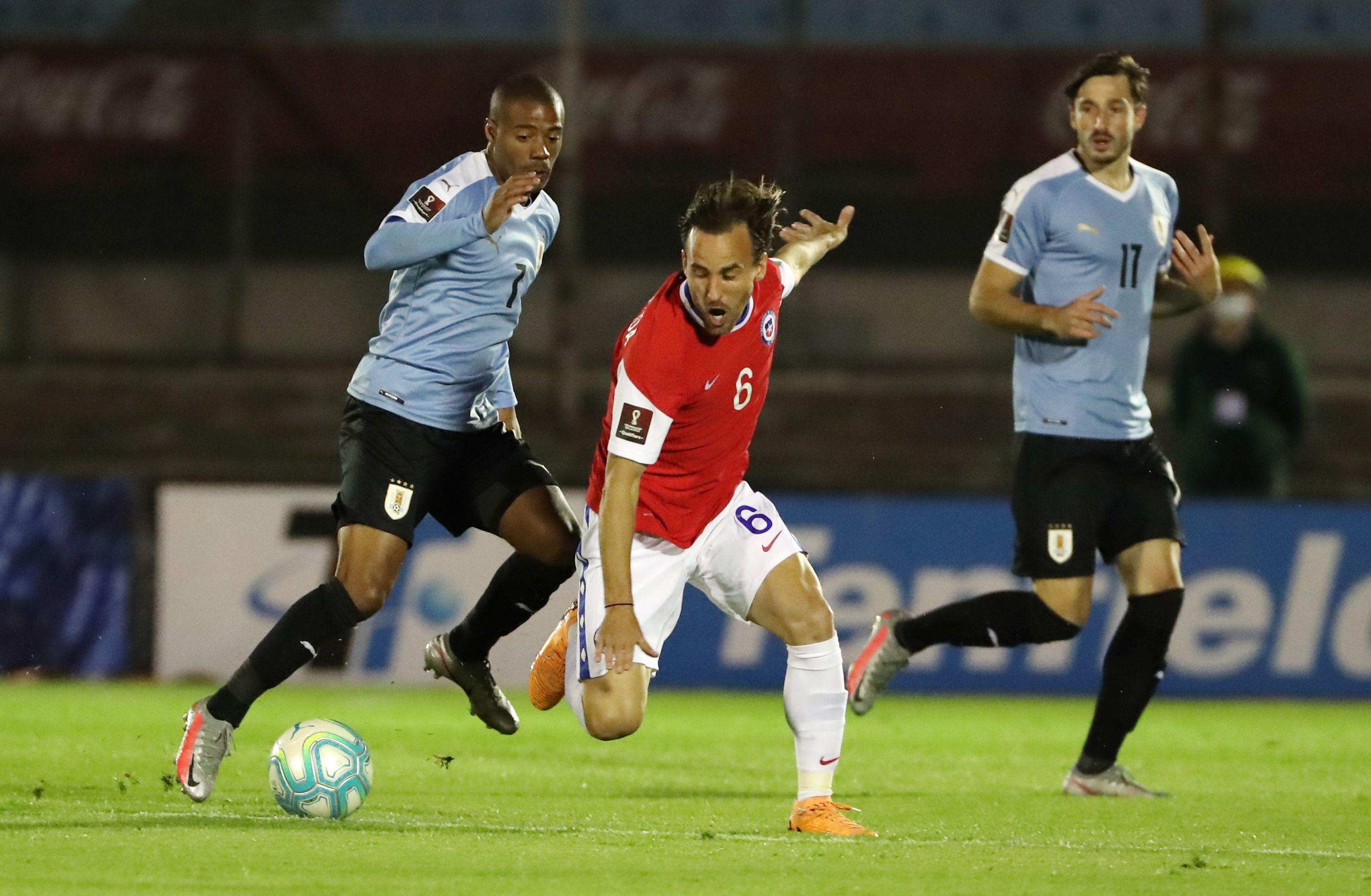 Uruguay y Chile se enfrentan en el Estadio Centenario de Montevideo (REUTERS)