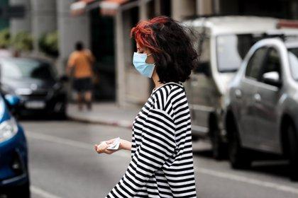 Una mujer con tapabocas camina por una calle en Montevideo (Uruguay). EFE/ Raúl Martínez/Archivo