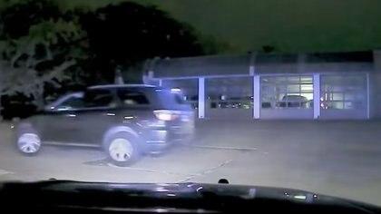 Momento en que el niño conduce fuera del parqueo de la Estación de Bomberos para evadir el encuentro con la policía