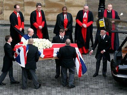 Isabel II y el príncipe Felipe encabezaron el funeral de Margaret Thatcher, al que asistieron 2000 personas, entre ellos Dick Cheney y Henry Kissinger. (AFP)