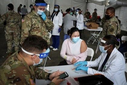 Un centro de vacunación estatal en el campus del Miami Dade College en Miami, Florida (REUTERS/Marco Bello)