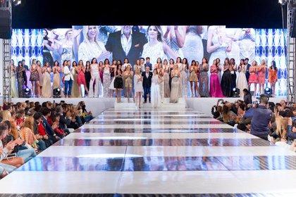 Guillermo Azar junto a las modelos, en el cierre del desfile