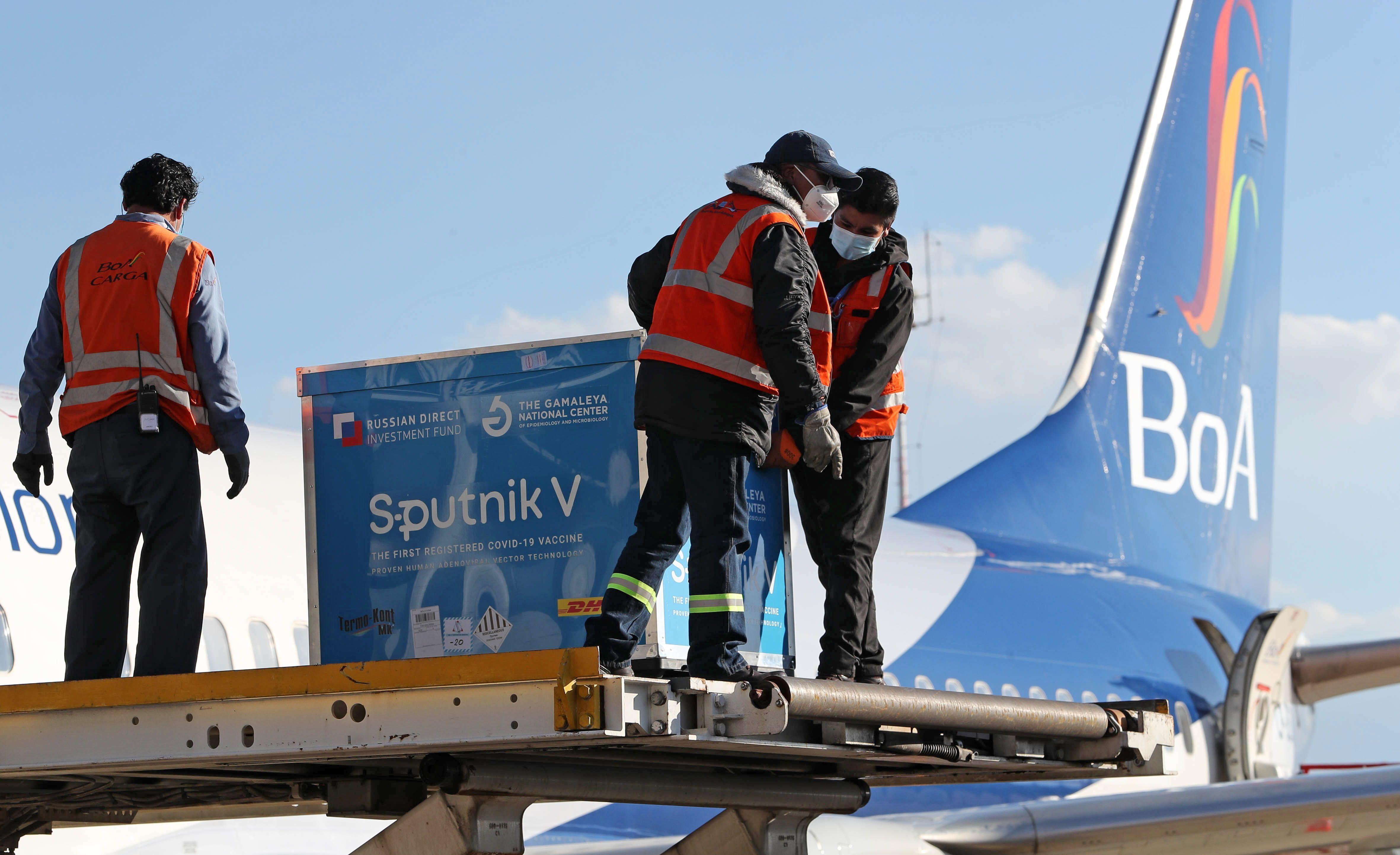 Trabajadores descargan un contenedor con dosis de la vacuna rusa Sputnik V hoy, en el Aeropuerto Internacional de El Alto (Bolivia). EFE/Martin Alipaz