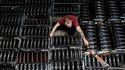 FOTO DE ARCHIVO: Empleados trabajan en computadoras de minería de bitcoin en la fábrica de Bitminer en Florencia, Italia. 6 de abril de 2018.  REUTERS/Alessandro Bianchi/File Photo