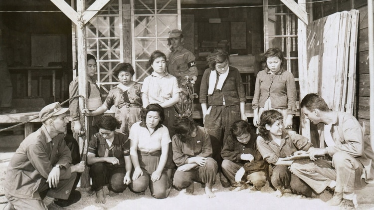 """Cientos de miles de mujeres coreanas fueron esclavizadas en burdeles para los soldados japoneses después de ser vendidas para """"prostituirse"""" por sus familias coreanas indigentes. Fueron encontradas por una patrulla de la marina de los Estados Unidos en Okinawa el 30 de abril de 1945. (Everett / Shutterstock)"""