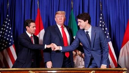 El saludo de los tres mandatarios. El equipo negociador de Peña Nieto estuvo acompañado por delegados del entrante López Obrador (REUTERS/Kevin Lamarque)