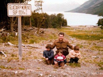 Junto a tres de sus hijos en unas vacaciones en el Perito Moreno, 1981