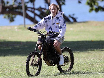 A different ride.  During his vacation in Hawaii, Justin Bieber rented an electric bicycle to ride the streets of the heavenly destination he chose to rest for a few days.  There he was seen aboard the car with shorts and a jacket, and enjoying the sunny day