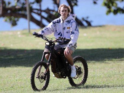 Un paseo distinto. Durante sus vacaciones en Hawaii, Justin Bieber alquiló una bicicleta eléctrica para andar por las calles del paradisíaco destino que eligió para descansar unos días. Allí se lo vio a bordo del rodado, con pantalones cortos y una campera, y disfrutando del día de sol