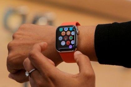 Cada vez más personas compran relojes Apple y se suscriben a servicios como Apple Music e iCloud. REUTERS/Brendan McDermid/File Photo