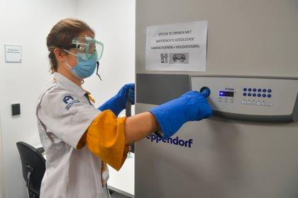Tanto la vacuna candidata de Pfizer como la de Moderna requieren de temperaturas de conservación y almacenamiento extremadamente frías. La de Pfizer requiere -70 °C y la de Moderna -20 °C (Benoit Doppagne/Pool via REUTERS)