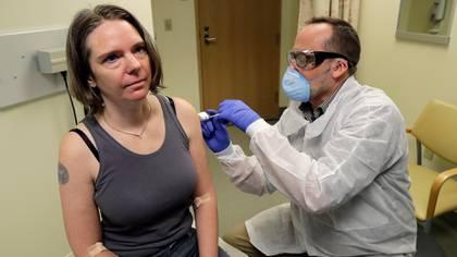 Una voluntaria se aplica la vacuna COVID-19 en Washington, EEUU (Reuters)