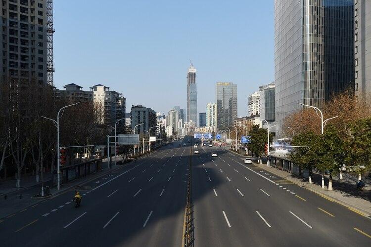Las calles de Wuhan permanecen prácticamente desiertas (Reuters)