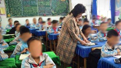 Qelbinur Sidik durante una clase a menores, cuando su trabajo como docente se limitaba a enseñar a niños, no a minorías perseguidas por el régimen (CNN)