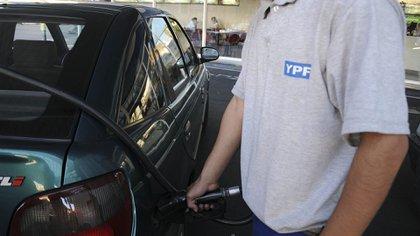 A última hora de este jueves, YPF anunció un aumento en el precio de los combustibles (NA)
