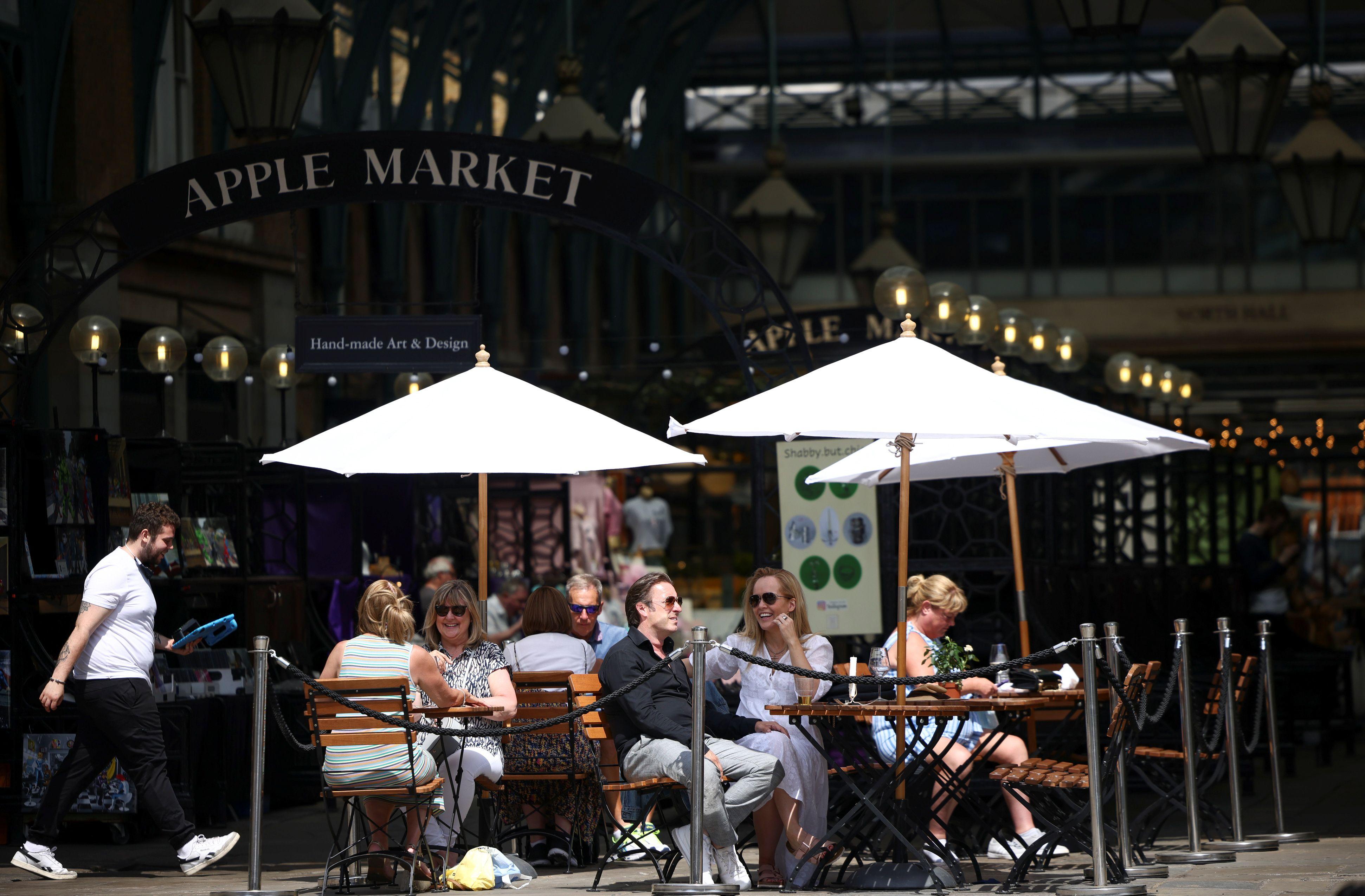 La gente disfruta al aire libre en Covent Garden, en Londres, Gran Bretaña, el 15 de junio de 2021. REUTERS / Henry Nicholls