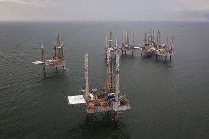 Foto de archivo ilustrativa de plataformas petroleras no utilizadas en el Golfo de Mexico, cerca de Port Fourchon, Luisiana (REUTERS/Lee Celano)