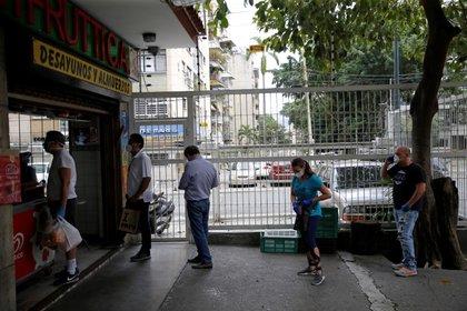 Compradores practican el distanciamiento, mientras esperan en una tienda de frutas durante la cuarentena nacional para evitar la propagación de la enfermedad del coronavirus  (COVID-19) en Caracas, Venezuela, Marzo 21, 2020. REUTERS/Manaure Quintero
