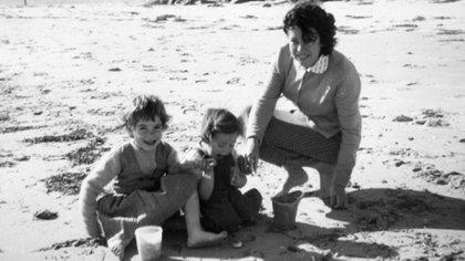 Jane y Arnna Beaumont con una amiga en la playa de Adelaida, en Australia