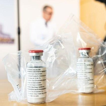 FOTO DE ARCHIVO. Dos dosis del fármaco experimental remdesivir de Gilead Sciences son mostradas en una rueda de prensa en Hamburgo, Alemania. Abril, 2020. Ulrich Perrey/Pool via REUTERS
