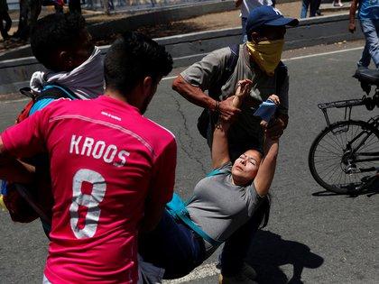 En un intento por sofocar las protestas contra la dictadura de Maduro, un vehículo antidisturbios embistió a varios manifestantes cerca de la base aérea