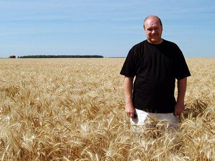 El empresario en uno de sus campos (AFP)