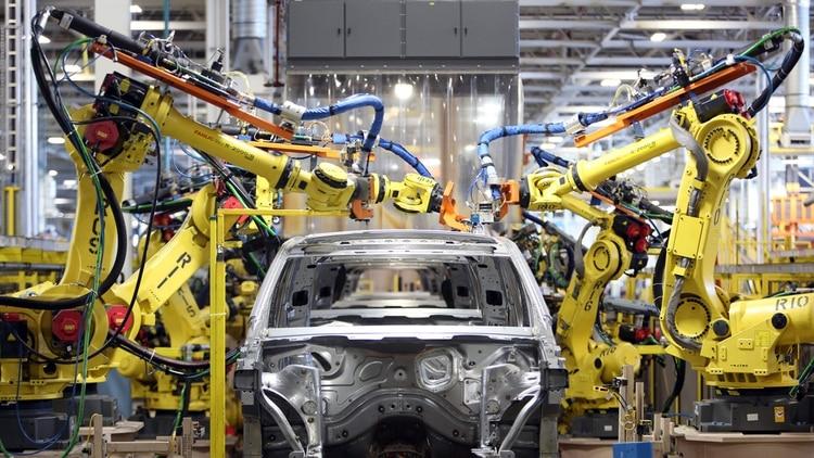 Las altas tasas de interés y la baja real de los salarios afectaron duramente a la producción de automotores