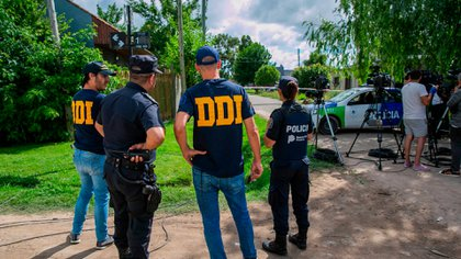 Personal de la DDI de La Plata en el lugar del crimen. (Santiago Salva)