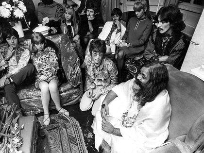 Paul McCartney, Jane Asher, Michael McCartney, Ringo Starr, Maureen Cox Starkey, John Lennon, George Harrison y el Maharishi Mahesh Yogi en Bangor, Gales, en 1967