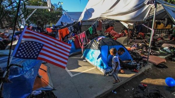 """Hay más de 5.000 migrantes en el deportivo """"Benito Juárez"""" de Tijuana. (Foto: EFE)"""