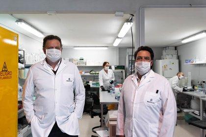 Los científicos Fernando Goldbaum y Linus Spatz, en el laboratorio de Inmunova junto a un gran equipo transdisciplinar que los acompaña. Desde que arrancó la pandemia se convirtió en su nueva casa