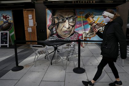 Una persona con máscara facial camina por las calles de Washington, Estados Unidos, durante la pandemia de coronavirus. REUTERS/Leah Millis