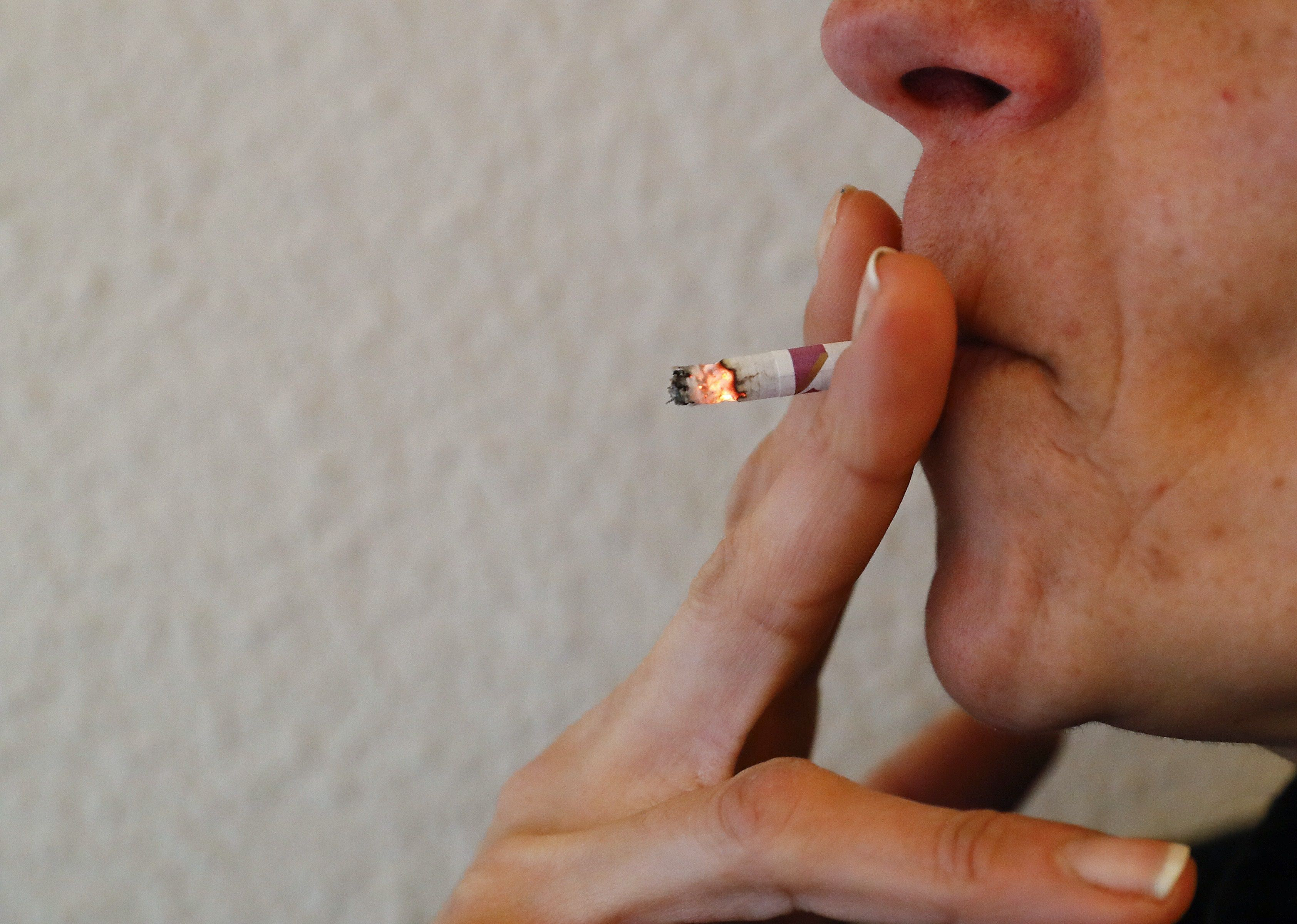 En los ocho países incluidos en el estudio los costes que el tabaquismo suponen para los sistemas de salud y la economía ascienden a un total regional de 46.346 millones de dólares. EFE/ Ballesteros/Archivo