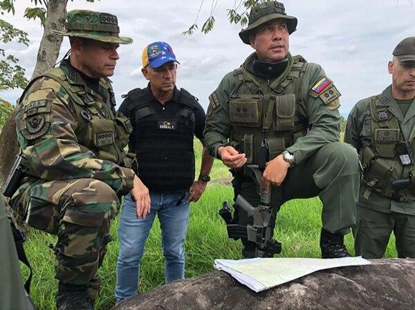 El almirante Remigio Ceballos (izquierda), comandante del Ceofanb, envió este martes tropas militares a la frontera con Colombia.