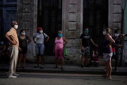 Gente hace fila para comprar comida, en medio de las preocupaciones por la propagación del COVID-19, la enfermedad causada por el coronavirus, en el centro de La Habana, Cuba. 15 de mayo, 2020. REUTERS/Alexandre Meneghini