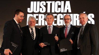 Mauricio Macri junto a Adrián Werthein y las autoridades de la AMIA y DAIA