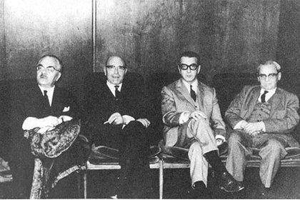 De izq a der: César Tiempo, Carlos Grünberg, Bernardo Korenblit y Samuel Eichelbaum. Reunión en la Sociedad Hebraica, año 1965