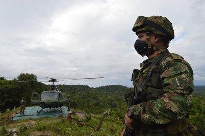 25/10/2020 Un soldado junto a un helicóptero en Colombia POLITICA SUDAMÉRICA COLOMBIA EJÉRCITO DE COLOMBIA