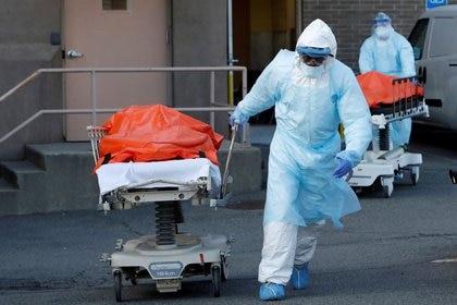 Trabajadores de la salud transportan cuerpos de personas fallecidas por COVID-19 del Centro Médico Wyckoff Heights, Nueva York, EEUU, 4 abril 2020. REUTERS/Andrew Kelly/Imagen de archivo