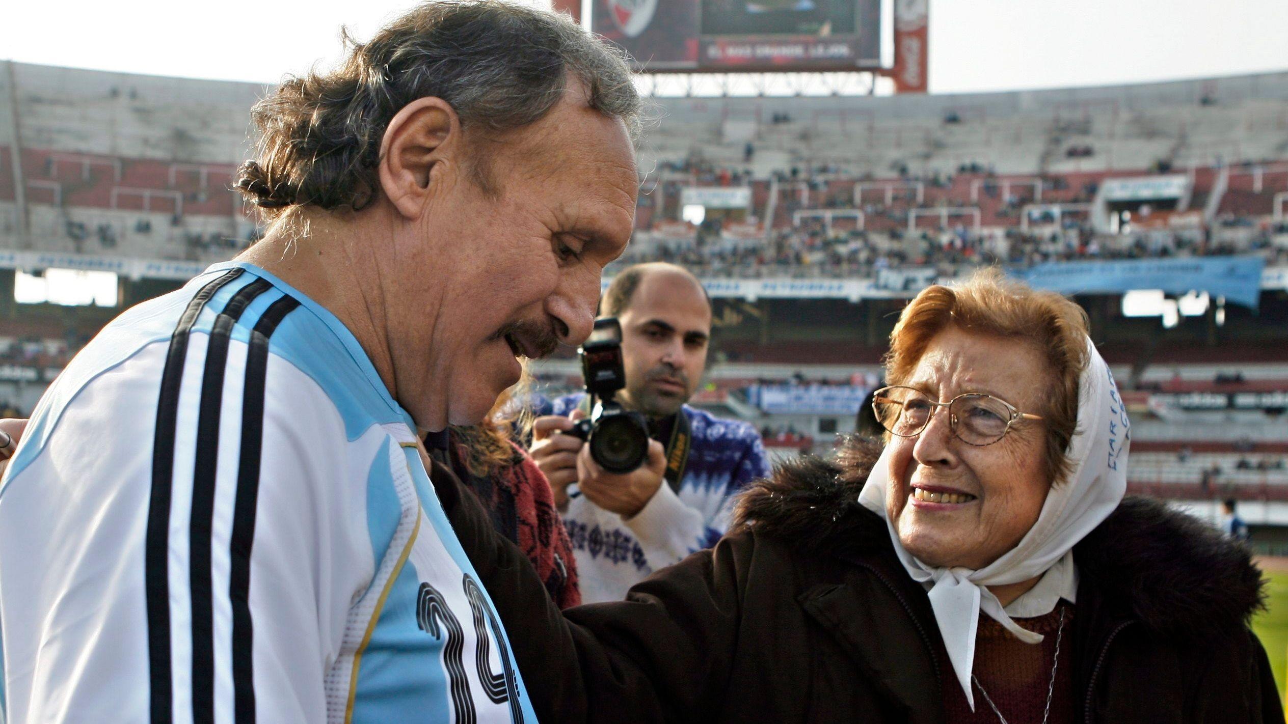 Fotografía tomada en junio de 2008 en la que se registró al ex futbolista y campeón mundial con Argentina en 1978 Leopoldo Jacinto Luque, en el estadio de River Plate, en Buenos Aires (Argentina). EFE/Cézaro De Luca/Archivo