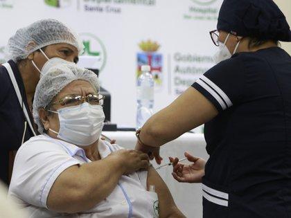 Una trabajadora de la salud recibe la vacuna contra la covid-19 en Santa Cruz (Bolivia). EFE/Juan Carlos Torrejón/Archivo