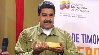 Maduro con un lingote de oro