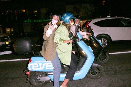 Bella Hadid salió a cenar con amigos en la ciudad de Nueva York. Tras disfrutar de la comida, la popular modelo estadounidense se subió a su scotter con una amiga y regresó a su departamento (Foto: Backgrid / The Grosby Group)