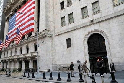 Un agente sale de la Bolsa de Valores de Nueva York (NYSE) el día de las elecciones en Manhattan, Nueva York, el 3 de noviembre de 2020. REUTERS/Andrew Kelly