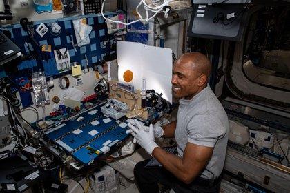 Immagine fornita dalla NASA che mostra l'astronauta americano Victor Glover, del cosiddetto equipaggio SpaceX